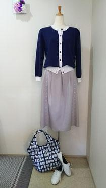 ライトグレーの春スカート