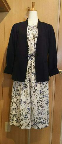 紺ジャケットとお花プリントロングワンピース