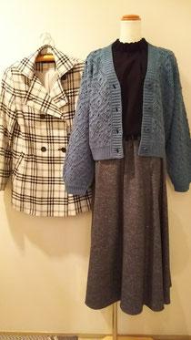 ほどほどの長さのジャケットコートとざっくりニット
