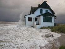Das Reetdachhaus hat sich mit Bravour den Wellen widersetzt.