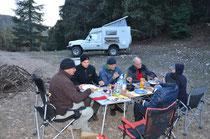 Nachtessen im Zedernwald.