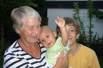 Tina mit Oma Christel und Tom