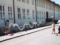 die Wasserschlange bewegt sich oberhalb und unterhalb der Mauer