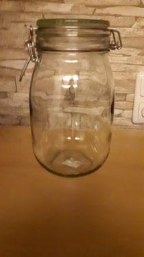Du brauchst je Wollstrang ein Glas, das sich dicht verschließen lässt. Rechne pro 100g Wolle ein ca 3 Liter Glas