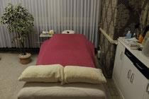 Eine Tantramassage kann als Ergänzung zur Sexualtherapie oder als Wellnessmassage durchgeführt werden. Eine tantrische Massage ist eine kunstvolle Berührung des gesamten Körpers.
