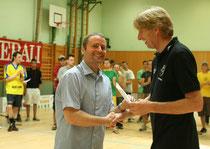 Kapitän Armin Raditschnig bei der Ehrung durch den Bürgermeister von Zell am See Ing. Hermann Kaufmann