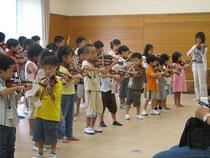 北大阪支部はヴァイオリン科とチェロ科があります。月に一度各教室の生徒が集合してグループレッスンを行います。また、各種支部行事もヴァイオリン科とチェロ科合同で行います。中級生になると「弦楽団Bチーム」への入団資格が得られ、本格的な弦楽合奏練習を行います。上級生になると「北大阪ユング・ゾリスデン(弦楽団Aチーム)」への入団資格が得られ、定期演奏会に向けての弦楽合奏の練習を行います。