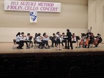 2013/4/29 吹田メイシアター(大ホール)にて卒業演奏会を開催しました。ヴァイオリン合奏から始まり、チェロ合奏、リズムに続き、卒業生による演奏、Bチームの演奏、研究科の演奏、最後にみんなで合奏で終わりました。中でもヴァイオリン高等科卒業生は、恒例の北大阪ユングゾリスデンをバックにヴィヴァルディの四季のソロを奏でました。