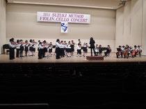 2014/4/19 吹田メイシアター(大ホール)にて卒業演奏会を開催しました。ヴァイオリン合奏から始まり、チェロ合奏、リズムに続き、卒業生による演奏、Bチームの演奏、研究科の演奏、最後にみんなで合奏で終わりました。中でもヴァイオリン高等科卒業生は、恒例の北大阪ユングゾリスデンをバックにヴィヴァルディの四季のソロを奏でました。
