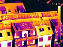 thermografisches Bild eines Wohnhauses mit einer Drohne und FLIR - Blitzeinschlag