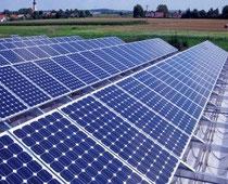 Solarmodule auf Dachanlage werden berührungslos mit Drohne thermografisch beflogen.