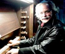 Patrick Brossard, à poste sur l'orgue de St Melaine (Morlaix)