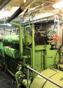 Hauptmotor und Generator (Vordergrund) der dieselelektrischen Antriebsanlage Dieselelektrischer Antrieb,