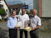 Pfarrer Franz Leithenmayr; Matthias Schmidt (NABU); Hagen Späth (Verein SOS Weißstorch)