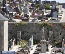 Zweistöckiger Friedhof in Saint-Pabu, Bretagne