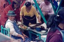 Lecker Essen auf einem Indio-Markt in Ecuador