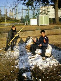 やすさんの雪だるまを壊す翠さんと椅子にフィットした笠原さん