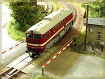BR120 am Bahnübergang