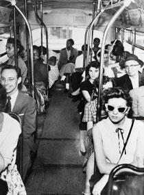 かつて米国のバスには白人席と黒人席があり、1956年、最高裁判決で違憲とされるまで続いた