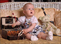 Мама дала Насте для её куклы: юбки, платки, чулки,  даже гребни, щётки, бусы.