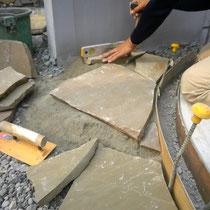 アプローチの素材とデザイン・自然石