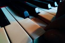2004 mit Hardware-Sampler an linearem Schnittplatz zur Live-Belachung einer Comedysendung (Das Letzte der Woche/ATV)