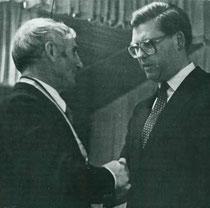 Osterkonzert 1982: Dirigent Anton Maucher übergibt die Leitung der Kapelle an Siegfried Frommelt. Bezirksvorsitzender Josef Mütz würdigt seine Verdienste und überreicht die goldene Dirigentennadel.