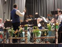 Eins, zwei, drei, vier ! Dirigent Eugen Föhr hat seine 65 Musiker und Musikerinnen bestens im Griff