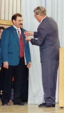 Karlfried Maucher war Vorstand des Musikvereins von 1988-1994. Für 30-jähriges Musizieren erhält er am Jubiläumsfest 1994 von Josef Mütz die Ehrennadel in Gold.