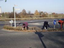 Mitglieder vom CDU-OV-Weisweiler an Verkehrsinsel