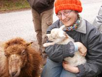 Kuscheln gegen die Kälte: Elisabeth mit Babywidder Odo und Mutterschaf Anke