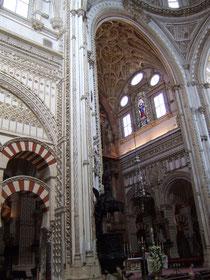 Inneres der Mezquita - wo die Moschee in die Kathedrale uebergeht.