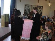 Pfarrer Heidler empfängt eine weißrussische Tischdecke