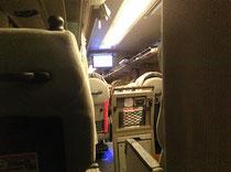 夜行バスの中。3列シート、意外と快適