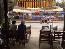 BONカフェの店内から通りを眺める
