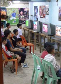 ゲームに夢中な子どもたち