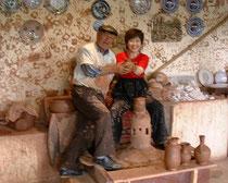 アヴァノスの焼きもの工房で、マスターと作品と私