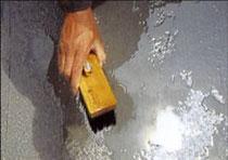 2-2.上塗材塗布面に水打ち