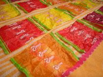 Bonbonpapier zum Trocknen auf einem Geschirrhandtuch