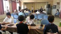 西淀川区佃地区敬老会でのハンドケア訪問の光景