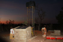 Foto: Dr. Gertrude Harrer besichtigt den Brunnen