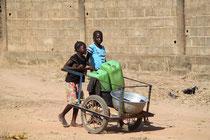 Foto: Mädchen beim Wassertransport