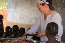 Alice Felber verteilt das Mittagessen