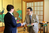 Generalkonsul Kiyoshi Koinuma und Club Präsidentin Eva Wagner
