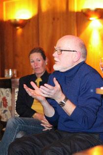 Dr. Ullrich Raupp. Im Hintergrund Prof. Dr. Ulrike Ravens-Sieberer