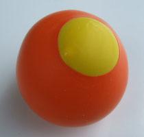 Selber gemachter Jonglierball aus einem Ballon mit Sand, Hirse und Reis gefüllt