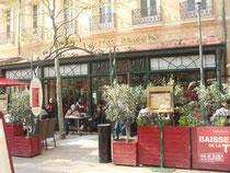 大通りのカフェ
