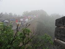 Auch bei Regen gut besucht: die Große Mauer bei Badaling