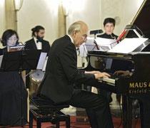 Foto: Andreas Bischof - Der Leiter des Turkish Chamber Orchestra am Flügel: Betin Günes