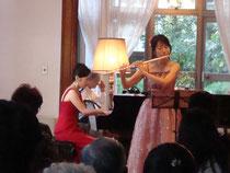 ピアノ中山育美さん。イギリス館にて。